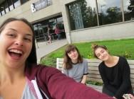 Étudiantes sur le campus
